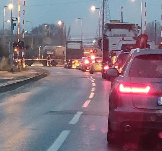 Pociąg utknął na przejeździe na ul. Puckiej