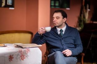 Brytyjska komedia z filiżanką herbaty.