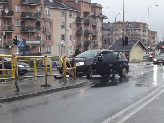 Auto uderzyło w barierki na krzyżówce Świętokrzyskiej z Jaworzniaków
