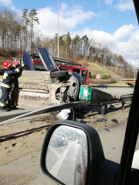 Strażacy usuwają uszkodzone auto z obwodnicy w Gdyni