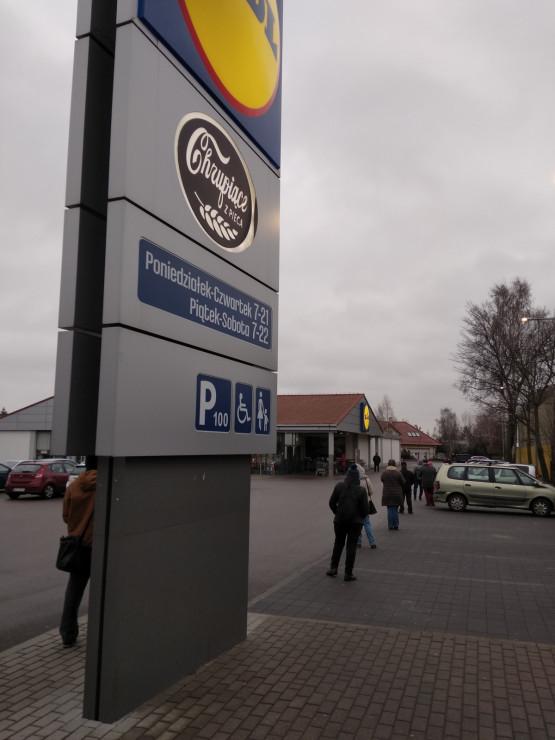 Długa kolejka do sklepu także w Brzeźnie
