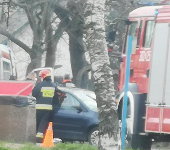 Samochód uderzył w słup na Stogach