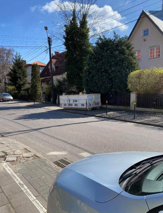 Kontener na chodniku przy ul. Derdowskiego