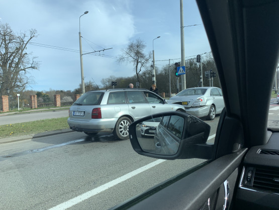 Kolizja dwóch aut w Orłowie