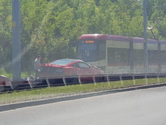 Na Armi Krajowej samochód wjechał na tory tramwajowe
