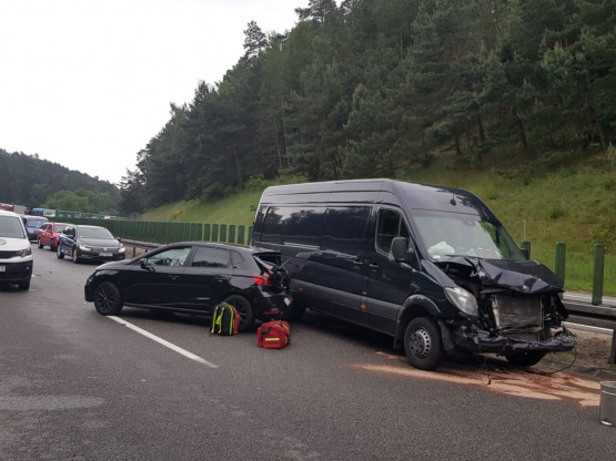 Zablokowany zjazd z obowdnicy po zderzeniu 4 aut