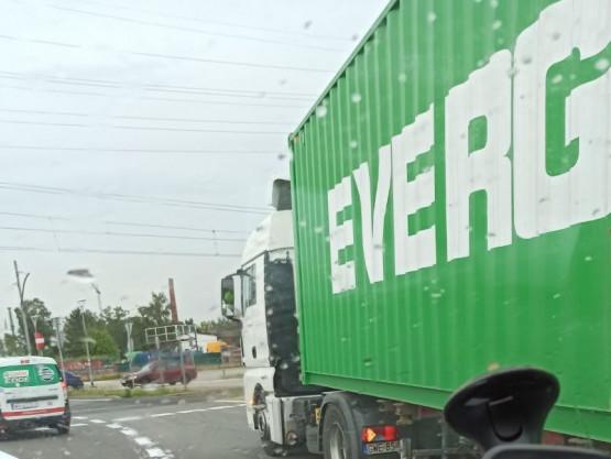 Ciężarówka blokuje pas na rondzie w Letnicy