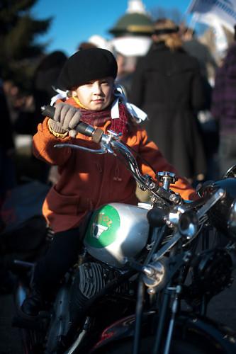 Dziewczynka na motocyklu