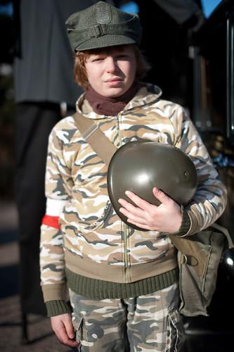 Żołnierz z opaską na ramieniu