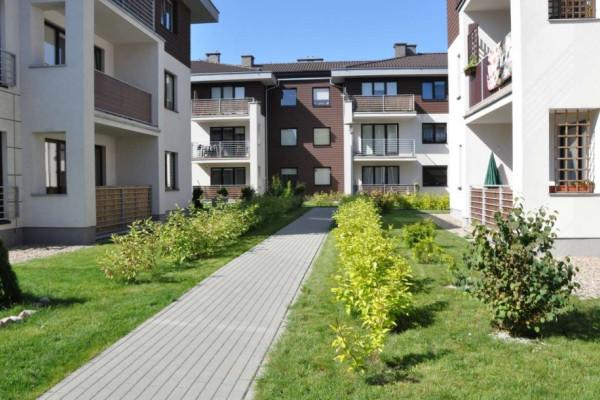 Na osiedlu panuje klimat spokojnej podmiejskiej dzielnicy willowej.