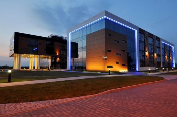Iluminacja budynku powoduje, że prezentuje się on doskonale także po zapadnięciu zmroku.