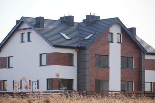 Użycie materiałów naturalnych do wykończenia elewacji i otoczenia budynków nadaje osiedlu przyjazny charakter.
