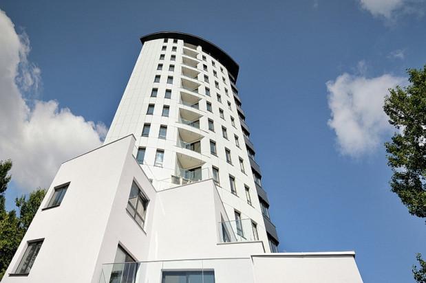 Budynek posadowiony na wzniesieniu, zgodnie z nazwą, przypomina latarnię morską.