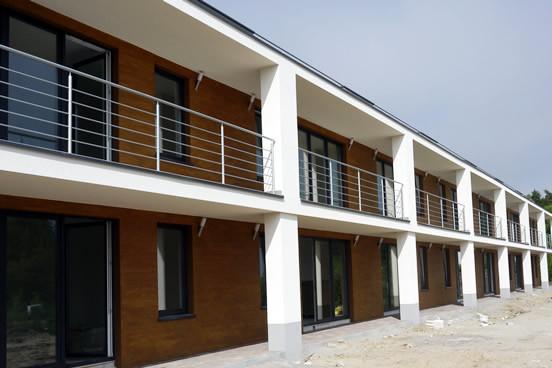 Lokale na piętrze mają balkony i wydzielone tarasy dachowe, natomiast lokale na parterze dostęp do własnych ogródków.