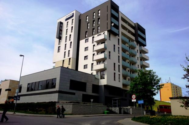 Na najniższych kondygnacjach budynku powstały lokale usługowe.