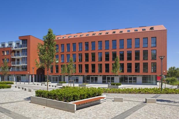 Od strony ulicy Słonimskiego biurowiec Gamma łączy się z zabudową mieszkaniową.