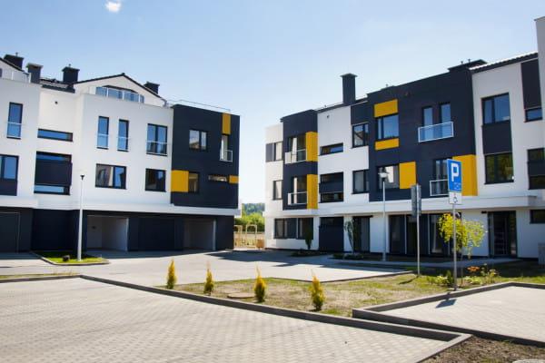 W przyziemiu kameralnych budynków znajdują się garaże indywidualne, dzięki czemu osiedle nabiera charakteru zabudowy jednorodzinnej.