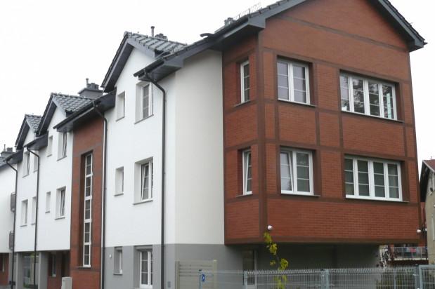 Budynki architektonicznie nawiązują do okolicznej zabudowy.