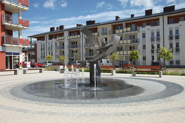 Plac z fontanną jest centralnym punktem osiedla.