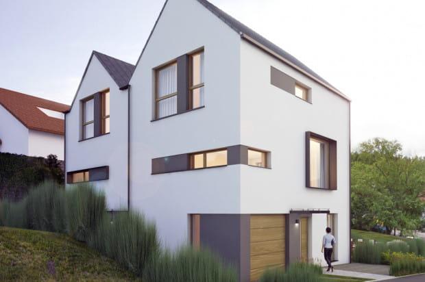 Dla segmenty domu mają po trzy poziomy mieszkalne.