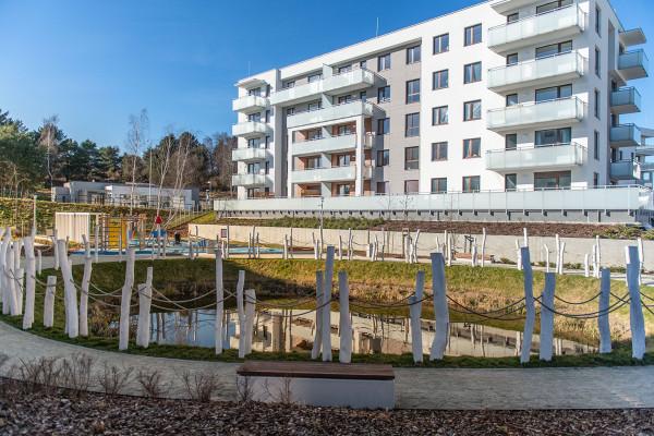 W ramach trzeciego etapu inwestycji między budynkami powstało małe oczko wodne.