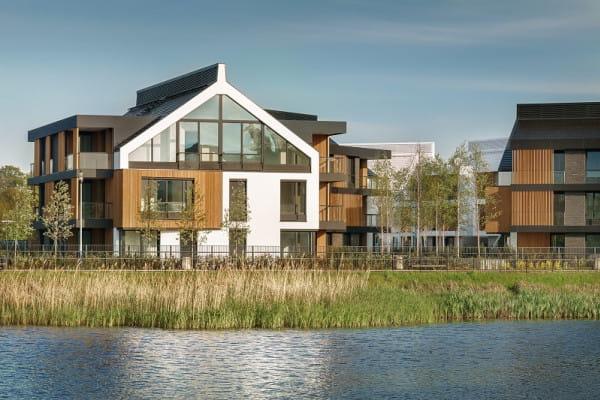Budynki o prestiżowej, willowej architekturze stanęły nad zbiornikiem wodnym będącym częścią terenów spacerowych.