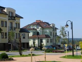 Budynki osiedla zaprojektowane zostały jako przyjazne i kameralne kamienice.