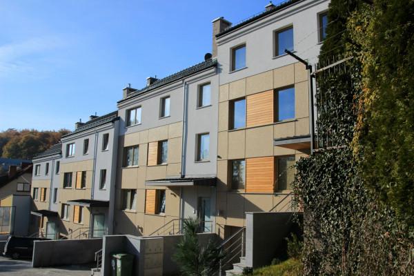Kompleks tworzą cztery budynki. Górne kondygnacje to mieszkania dwupoziomowe.