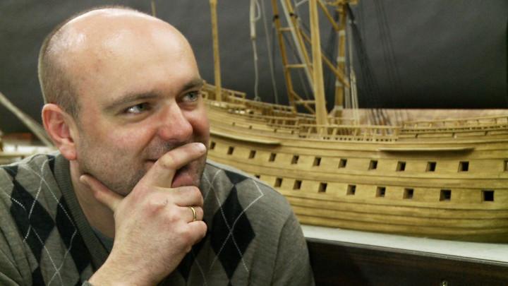 Drewniane modele galeonu iwarsztaty szkutników. Zobacz makietę XVII-wiecznej stoczni, którą od czterech lat buduje Jarosław Kosmalski zGdańska.