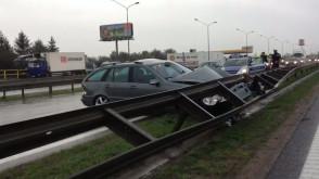 Wypadek na obwodnicy - samochód wjechał pod barierkę