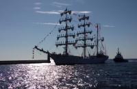 Żaglowiec wpływa do Gdyni