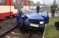 Skutki zderzenia tramwaju ze skodą w Gdańsku