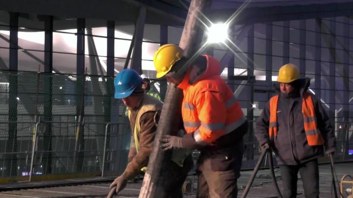 Betonowanie estakady kolejowej przy lotnisku.