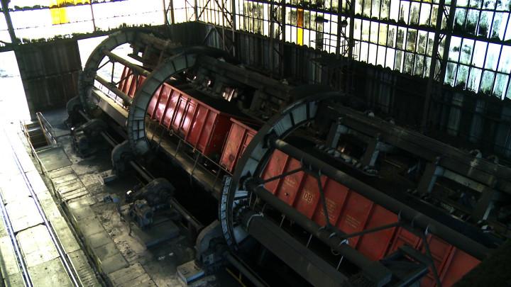 Dzięki potężnym silnikom iwibratorom wciągu doby potrafi wywrócić iopróżnić nawet 700 wagonów zwęglem. Zobacz wakcji wywrotnicę wagonową.