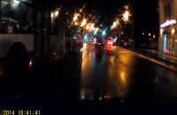 Gdańsk - autobus zmienia pas ruchu - na środku skrzyżowania