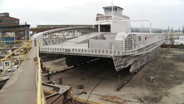 Przygotowania do wodowanie aluminiowego statku.