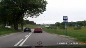 Kierowca wyprzedza na ciągłej linii