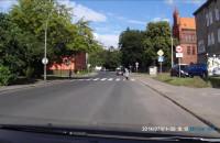 Starsza pani wbiega na jezdnię