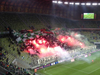 Kibice Lechii odpalają race podczas meczu z Piastem
