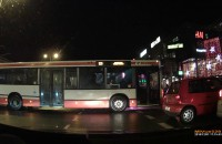 Autobus blokuje skrzyżowanie