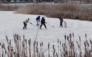 Grają w hokeja na stawie