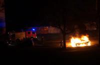 Płonący samochód na ulicy Dobrej