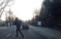 Wbiegła prosto pod samochód