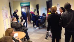 Kolejka z wypełnionymi wnioskami 500+ w budynku przy ul. 10 lutego w Gdyni