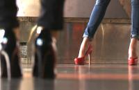 Dziewczyny uczyły się chodzić w szpilkach
