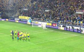 Piłkarze i kibice Arki wspólnie cieszą się z wygranej nad GKS Bełchatów
