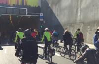 Rowerzyści pojechali przez tunel
