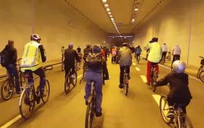 Rowerzyści pojechali przez tunel pod Martwą Wisłą