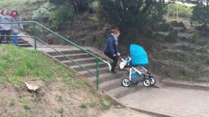 Kobieta z wózkiem kontra schody w Sopocie Wyścigach