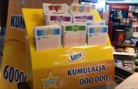 Kolejki przed kolekturami Lotto